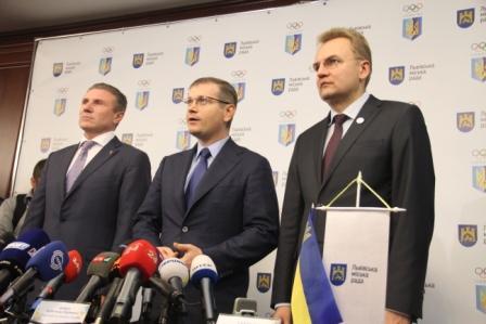 Oleksandr Vilkul in between President of the Ukranian Olympic Committee Sergey Bubka and Mayor of Lviv Andriy Sadovyy ©Lviv 2022