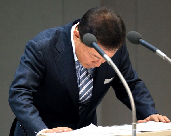 Tokyo Metropolitan Governor Naoki Inose bows for apology after being questioned over the loan from the scandal hospital group during the Tokyo Assembly ©The Asahi Shimbun via Getty Images