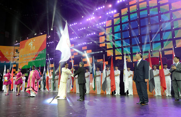 Sri Lankan officials received the flag for the 2017 Asian Youth Games at the end of last year's event in Nanjing ©Chinese Olympic Committee