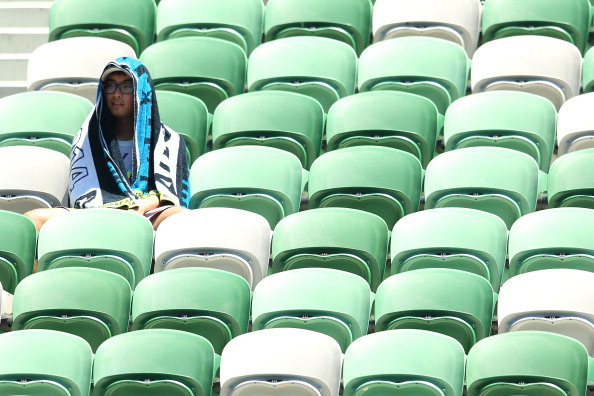 A fan covers himself from the heat with a towel during the match between Maria Sharapova and Karin Knapp ©Getty Images
