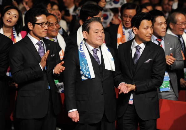 Lee Kun-hee (centre) was a key figure in Pyeongchang's successful bid to host the 2018 Winter Olympic and Paralympic ©Getty Images