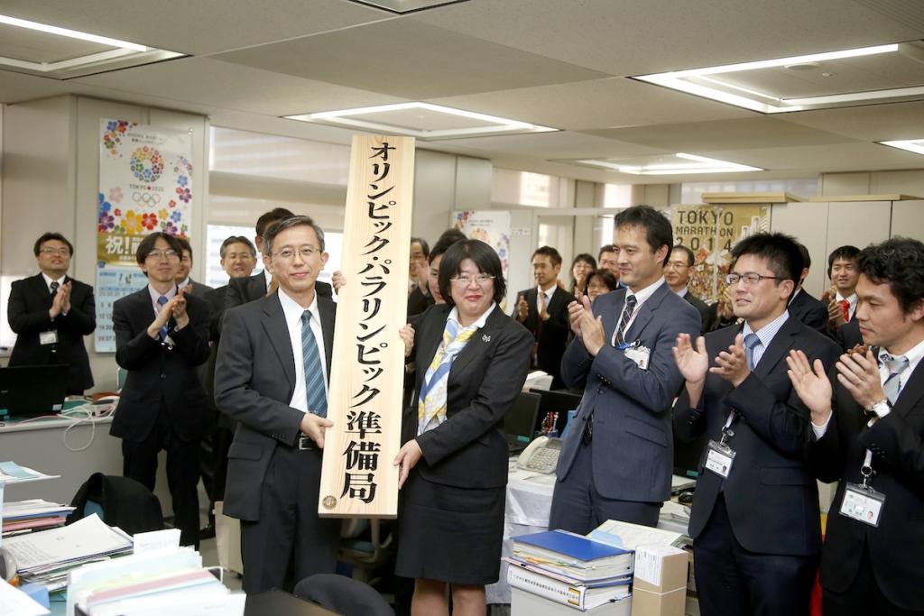 Masahiro Nakajima, director general of the Tokyo 2020 Olympic and Paralympic Bureau, and Katsura Enyo, senior director of 2020 Games Preparation Division, display the signboard for the new facility ©Tokyo 2020