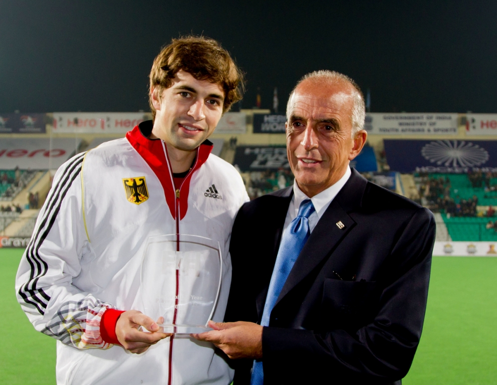 Tobias Hauke receiving the FIH Player of the Year award from Alberto Budeisky ©FIH/Grant Treeby