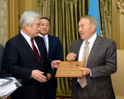 WTF President Chungwon Choue presents Kazakh President Nursultan Nazarbayev with the black belt ©WTF
