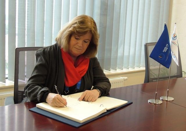 Gunilla Lindberg signs RIOU's Visitors Book ©ANOC