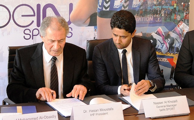 IHF President Hassan Moustafa (left) and beINSports general manager Nasser Al Khelaifi sign TV rights agreement in Basel ©IHF