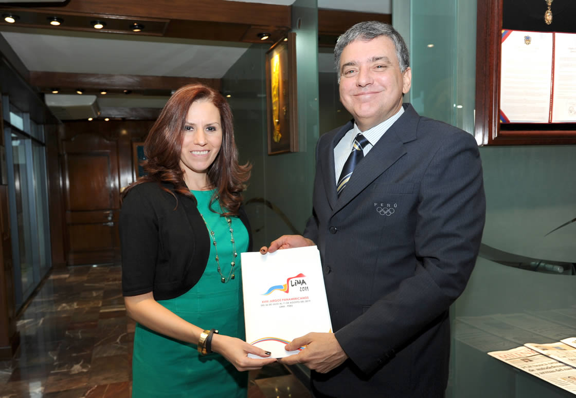 Josý Quiýones presents Jimena Saldaýa with the Lima 2019 Pan and Parapan American Games report at a meeting ýPASO