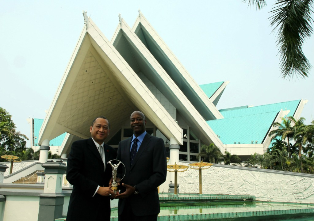 Laureus Chairman Edwin Moses (right) and Seri Mohamed Nazri, Malaysian Minister of Tourism and Culture pictured outside Istana Budaya with the prestigious Laureus Statuette, presented to all winners of Laureus World Sports Awards ©Getty Images