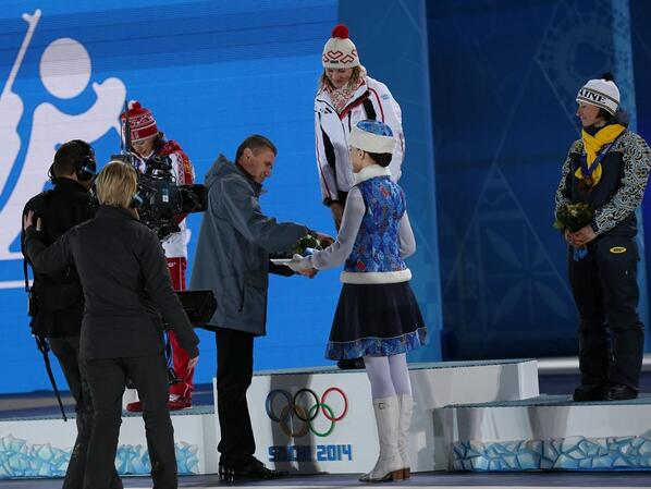 Sergey Bubka presenting the gold medal to the Ukrainian biathlon relay team ©Twitter