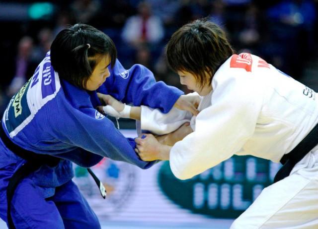 Wu Shengen of China (left) caused a stir by overcoming world champion Urantsetseg Munkhbat ©IJF Media