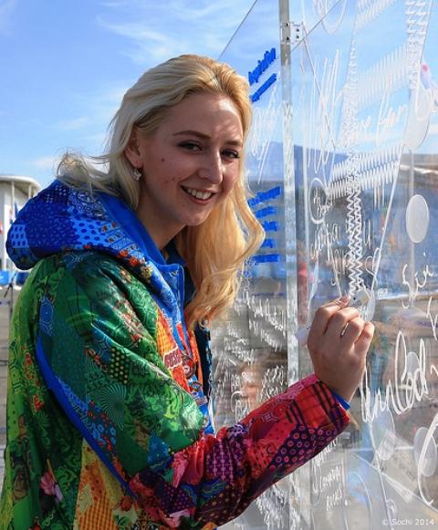 Mayor of the Athletes Village Olesya Vladykina inscribes her message on the Wall ©Sochi 2014