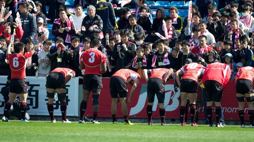The Japanese team bow to their home crowd after recording their biggest ever victory over a core team in the World Series with a 42-12 win against Samoa ©IRB