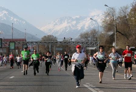Almaty Mayor Akhmetzhan Yesimov joined thousands of others in running the Almaty Marathon yesterday ©Almaty 2022