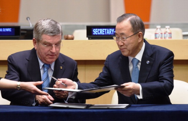 Thomas Bach and Ban Ki-moon sign the historic agreement at UN headquarters in New York today ©AFP/Getty Images