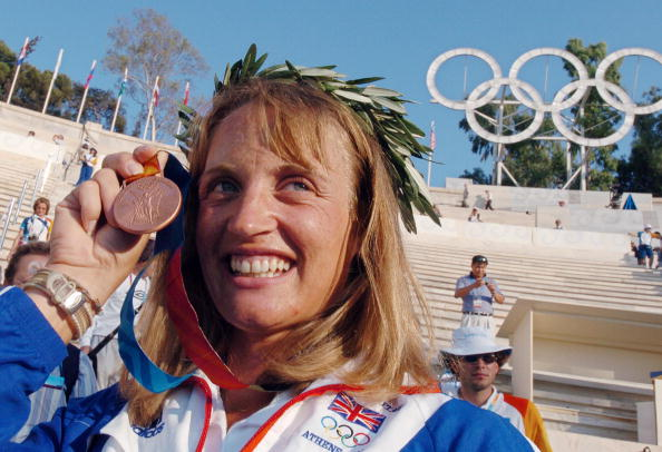 Alison Williamson in the Panithanaikon Stadium with her bronze medal at the Athens 2004 Olympics ©AFP/Getty Images