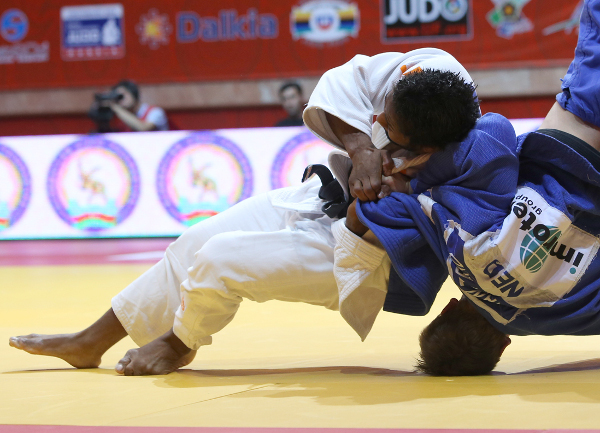 Guillaume Elmont got the better of compatriot Noel Van T End in the final of the men's under 90kg contest ©IJF
