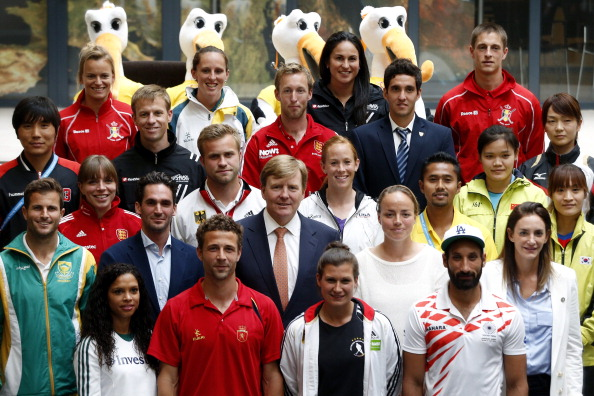 King Willem-Alexander posed with captains from each participating team during the Opening Ceremony of the Rabobank Hockey World Cup 2014 ©AFP/Getty Images