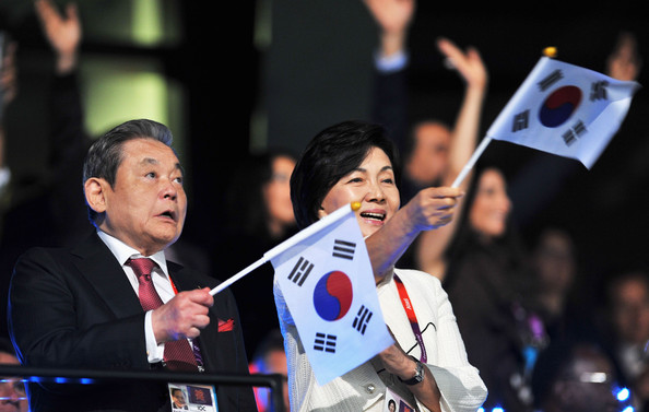 Doctors are confident that Lee Kun-hee, seen here welcoming the South Korean team at the Opening Ceremony of London 2012, will make a full recovery ©Getty Images