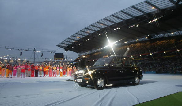The Queen arrived in the City of Manchester Stadium in a London black cab ©Getty Images