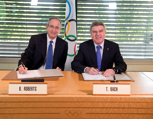 Comcast chairman and chief executive Brian Roberts and International Olympic Committee President Thomas Bach sign the deal which gives NBC rights to broadcast the Games until 2032 ©IOC