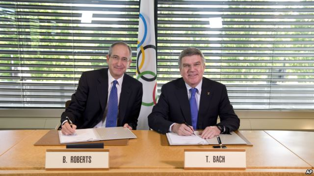 IOC President Thomas Bach and chairman and chief executive of Comcast Corporation Brian Roberts sign an agreement to secure the United States broadcast rights to the Olympics until 2032 ©IOC