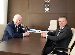 A donation by European Olympic Committees President Patrick Hickey (left) to the National Olympic Committee of Ukraine has been welcomed by its President Sergey Bubka (right) ©NOCU