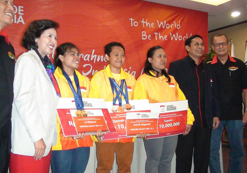 Indonesian National Olympic Committee President Rita Subowo, with weightlifters Sri Wahyuni Agustiani and Syarah Anggraini, their coach and representatives of the Indonesian Weightlifting Federation ©Indonesian National Olympic Committee
