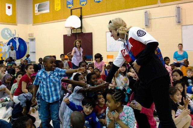 Snowboarder Dominique Maltais meets students at the Charlotte-Lemieux elementary public school ©COC