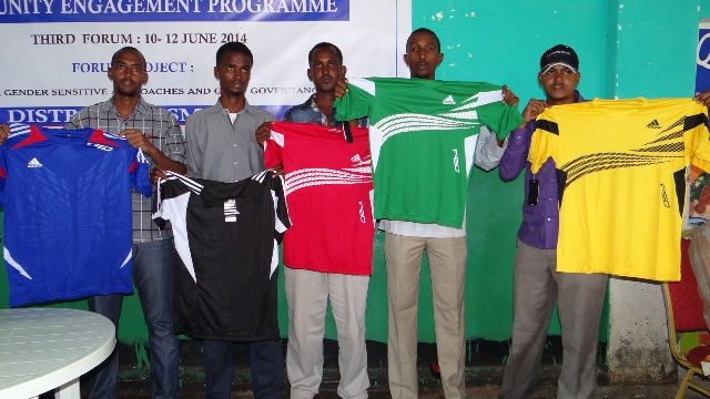 The Somali National Olympic Committee distributed equipment to local teams and athletes in Kismayo as part of its development programme ©NOCSOM