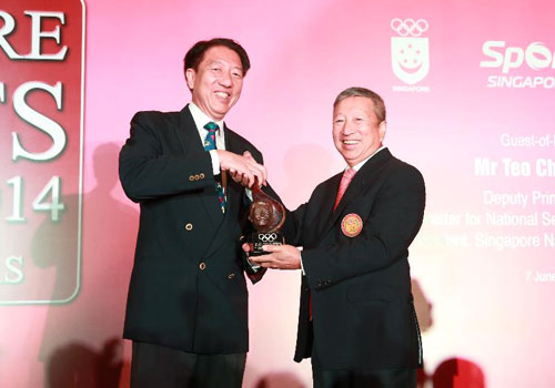 Teo Chee Hean receives the IOC Trophy for his contribution to the Olympic Movement ©SNOC