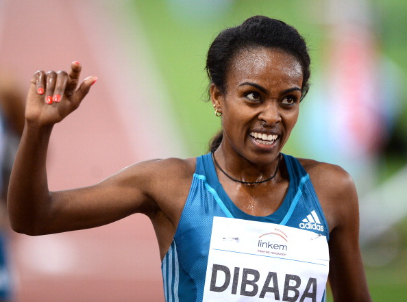 Genzebe Dibaba salutes her 5,000m victory at the IAAF Diamond League meeting in Rome ©AFP/Getty Images