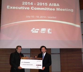 AIBA President C K Wu (right) presents a winners cheque to President of the Cuban Boxing Federation, Alberto Puig ©WSB
