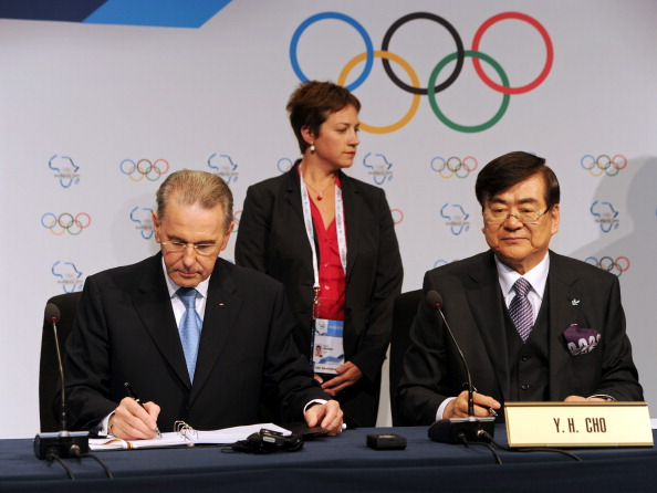 Cho Yang-ho signing the Pyeongchang 2018 host city contract with former IOC President Jacques Rogge at the Session in Durban in 2011 ©Getty Images