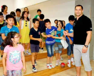 Former Olympic hammer champion Koji Murofushi featured in the Creating Tomorrow Together project today at local schools ©Tokyo 2020/Shugo Takemi