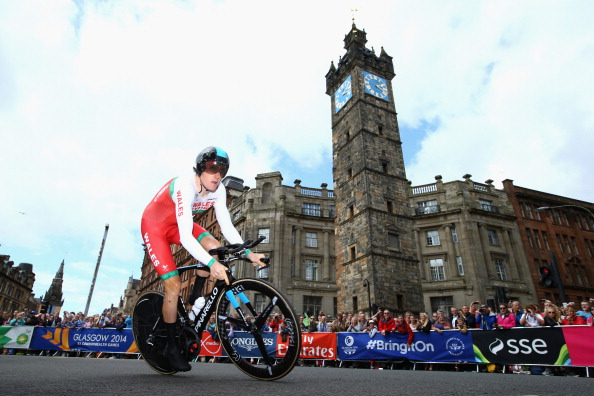 Geraint Thomas of Wales rides past the Tolbooth in the early stage of his time trial ©Getty Images