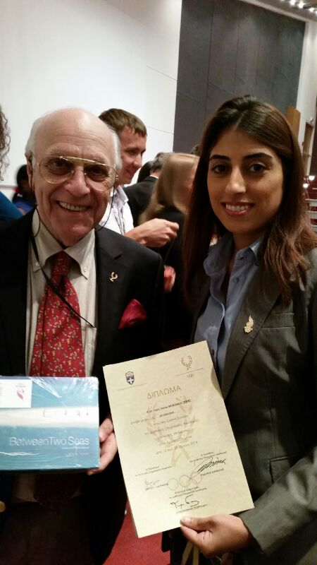 Fajer Jassim collecting her certificate from International Olympic Academy President Isidoros Kuvelos at the Closing Ceremony ©BOC
