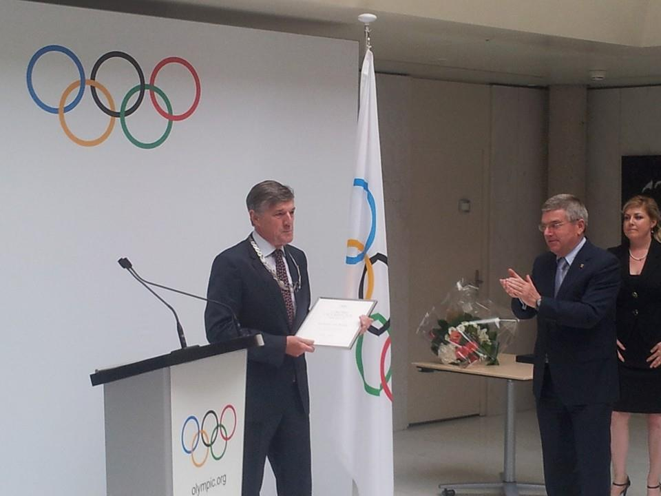 IOC President Thomas Bach awarded the Olympic Order to Guido de Bondt here today ©ITG