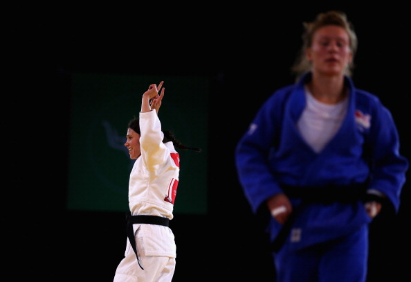 Louise Renicks celebrates her gold medal as Kelly Edwards looks forlorn ©Getty Images