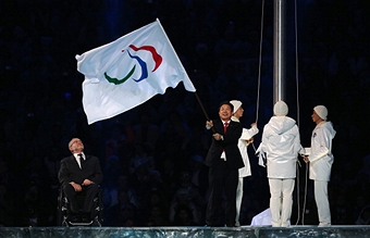 Pyeongchang Mayor Lee Seok-rae accepts the Paralympic flag at the Closing Ceremony of the Sochi 2014 Paralympic Winter Games ©Getty Images