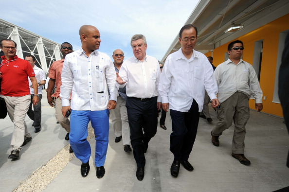 Thomas Bach alongside Haitian Prime Minister Laurent Lamothe and UN secretary general Ban Ki-moon ahead of the unveiling of the Centre today ©AFP/Getty Images