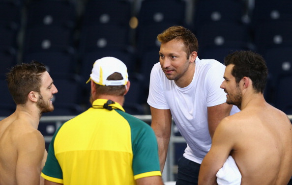 Former Australian swimmer Ian Thorpe speaks to D'Orsogna, coach Chris Mooney and Christian Sprenger during a training session for Australia's swimmers at the Tollcross International Swimming Centre ©Getty Images
