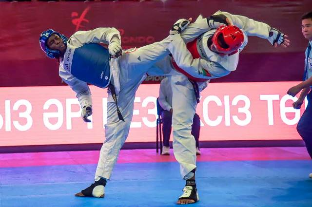 France's M'bar N'Diaye (left) came through a tight contest with Mahama Abdoufatah Cho of Britain ©WTF