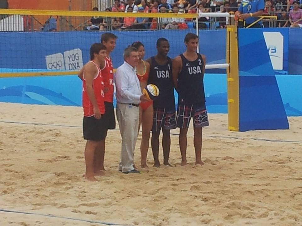 Thomas Bach posed with countless athletes, including these beach volleyball players from Poland and the US ©ITG