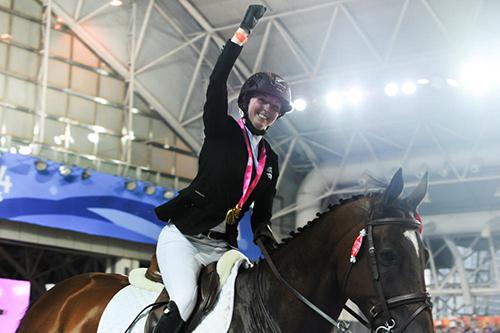 Emily Fraser won a nail-biting showjumping event ©Guo Cheng/Nanjing 2014