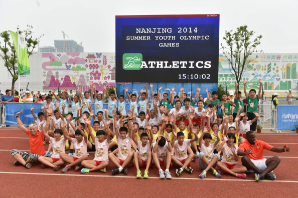 Former high jumper Kajsa Bergqvist and world long jump champion Dwight Phillips met a group of children during the IAAF Kids Athletics Programme at Nanjing 2014 ©CFP/Getty Images for IAAF
