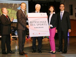 DOSB vice-President Chritsa Thiel second from right welcomes schools form Karlsruhe and Mannheim into the elite school of sport programme ©DOSB
