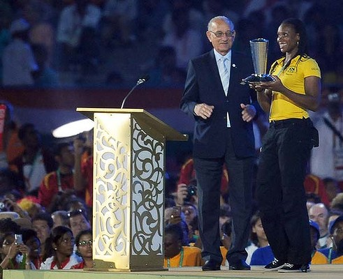 Jamaica's Trecia Smith receiving David Dixon award from then CGF President Mike Fennell at Delhi 2010 ©Getty Images