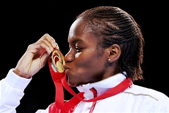 Nicola Adams kisses her medal afer becoming the first ever women's Commonwealth Games boxing champion ©Getty Images