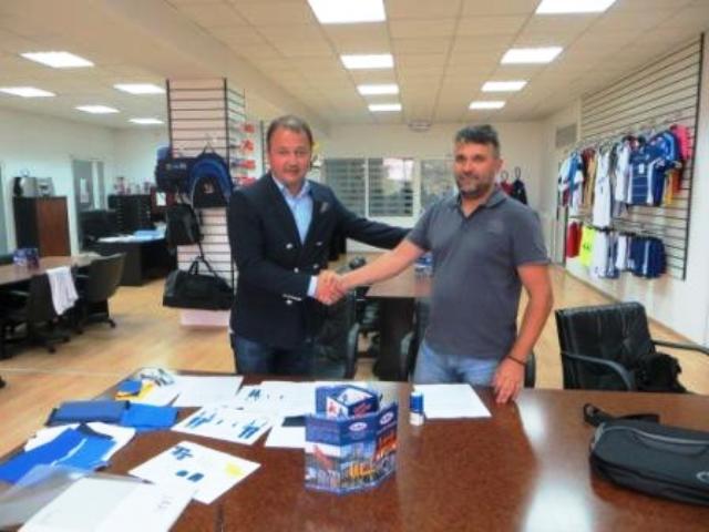 OKBH secretary general Said Fazlagić (left) shakes hands on the new deal with NAAI director Predrag Dmitrović ©OKBH