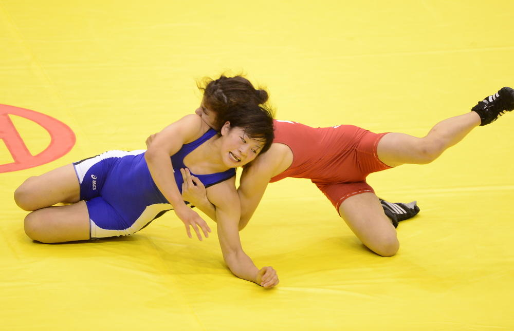 Mukaida Mayu (left) of Japan beat Leyla Gurbanova of Azerbaijan to gold in the women's freestyle under 52kg ©Nanjing 2014